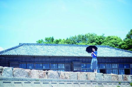 二十四の瞳映画村校舎前女性傘.jpg